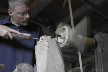 Robin Wood turning a bowl